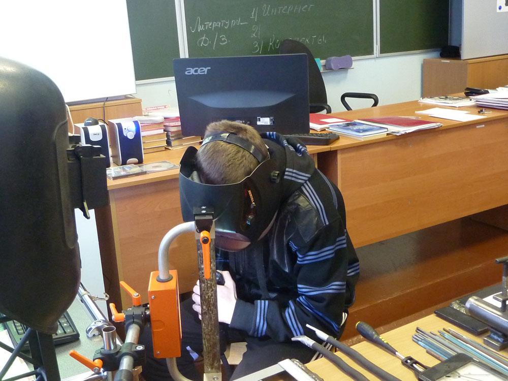 Обучение работе со сварочным аппаратом в колледже